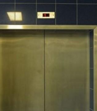 杯子挡电梯门爆炸 乘坐电梯有禁忌