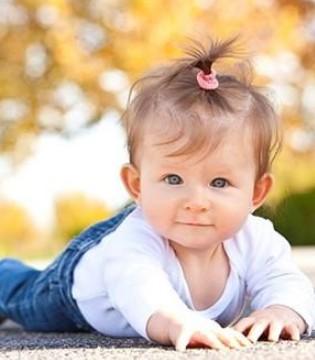 """培养宝宝运动要""""从头开始"""" 婴儿几个月会抬头"""