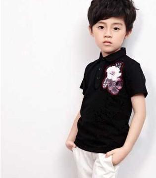 酷酷的小男孩穿上了时尚的酷小孩品牌童装 真的很酷
