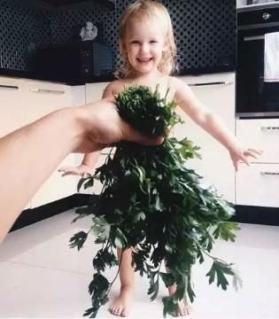 她用一把香菜竟让女儿红遍网络 这位妈妈太会玩了