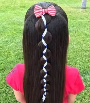 丝带+麻花辫 编织出小萌妞的超美发型
