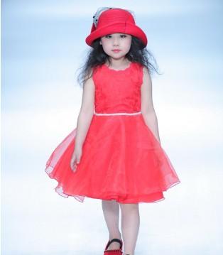 广告小明星王诗涵亮相中国国际时装周