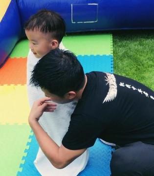 吴京为儿子擦头发超有爱 谢楠感慨:爸爸回来了
