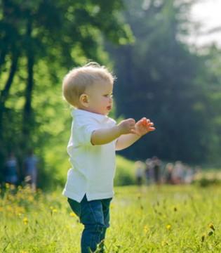宝宝1岁就会走路 如何教宝宝走路呢