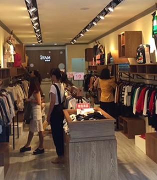 你有一条好消息 加菲A梦品牌童装贵州望谟新店正在试营业
