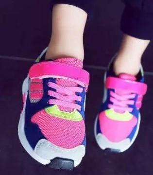 """只因买错鞋 孩子变成""""内八字扁平足""""这事儿不能马虎"""