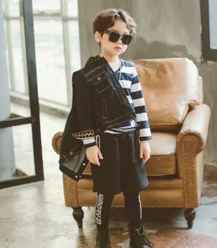 两个小朋友童装品牌秋冬新款 这款牛仔外套很帅气