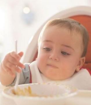 女婴吞枣卡喉急送医 闯红灯致多人受伤