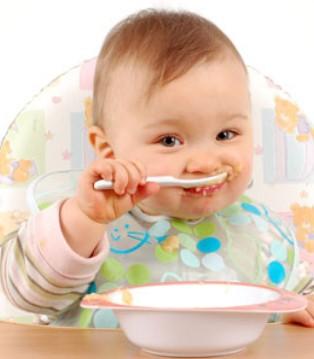优纳卡:宝宝独立吃饭的黄金期千万不要错过