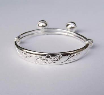 小宝宝带银手镯好吗 宝宝带银手镯好吗 宝宝带银手镯的作用