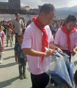 爱的奉献 兴义莉莉日记专卖店走进贫困学校捐赠