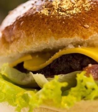 女子吃麦当劳汉堡吃出蛆 当场猛烈呕吐