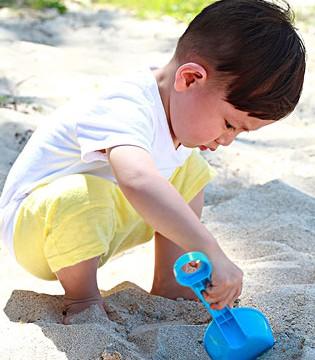 孩子玩沙子好处多 沙子进眼睛千万别揉眼睛