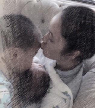 侯佩岑晒一家三口照 大儿子亲吻弟弟画面十分友爱