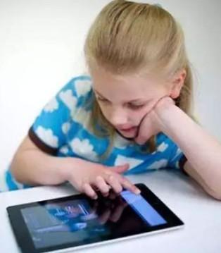 美国妈妈告诉你 为什么不再阻止孩子看电视玩手机