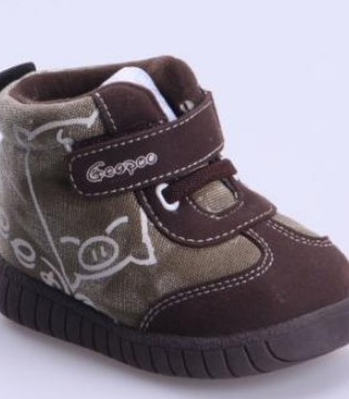 年轻妈妈为宝宝选择童鞋时 应该注意什么很重要的问题