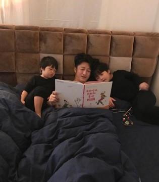 邹市明清晨为两个儿子读故事 画面好温馨