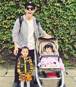 修杰楷照顾两个女儿 带女儿晒太阳好有爱