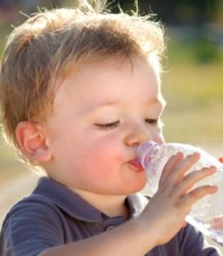 出现这几个症状说明宝宝缺水了 等到渴了再喂就迟了