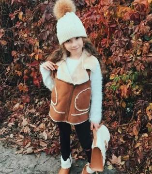 UKBERRY发现这位小萌妞的搭配不仅吸睛 亲子装也时尚有型