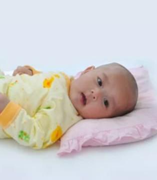 宝宝到底要不要用枕头 多数妈妈都错了