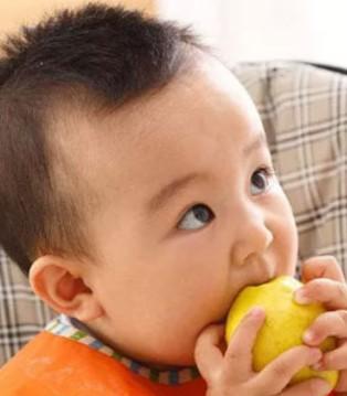 宝宝爱吃水果是件好事 但也有大学问哦