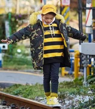 卫衣很难搭 拉酷儿搭件外套这个冬天狂风都刮不倒