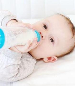 转奶没做好 难怪宝宝腹泻 呕吐又过敏