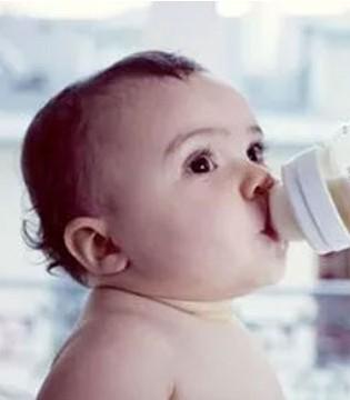 """换奶粉宝宝就腹泻 家长的转奶方式可能就是""""罪魁祸首"""""""