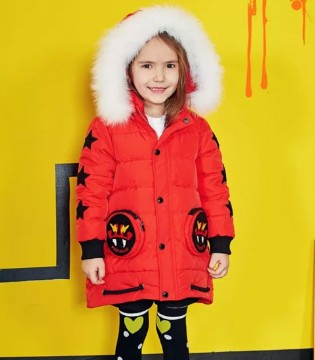 FolliFollie圣诞趴想做耀眼小潮童 红绿金搭出不一样的潮范