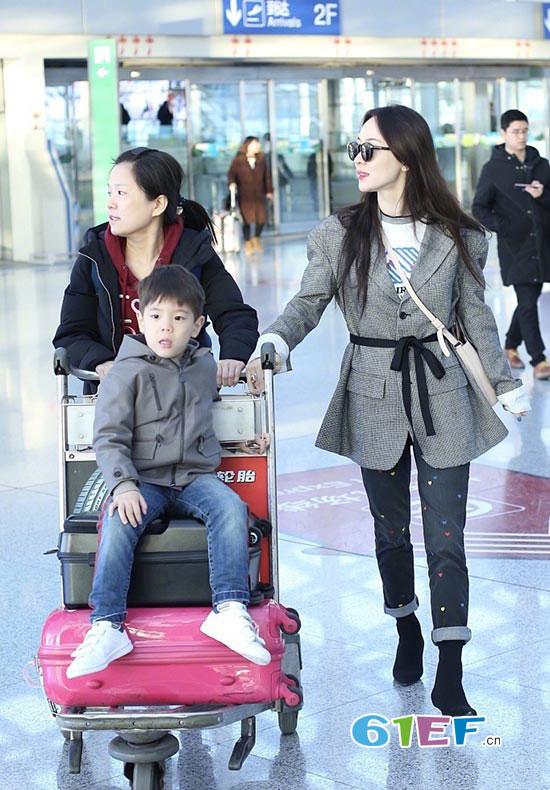 杜江霍思燕嗯哼一家三口亮相机场 一家子都是颜值担当