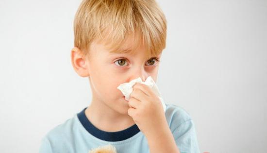 小朋友打喷嚏流鼻涕_我的孩子可能感冒了.打喷嚏。流鼻涕。