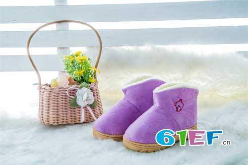 纯白无暇的雪地是白的 而时尚雪地靴是彩色的
