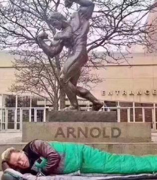 施瓦辛格铜像下睡觉 实证没有什么是永远的
