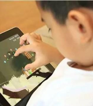 小孩玩Pad超30分钟 长大易肩背痛