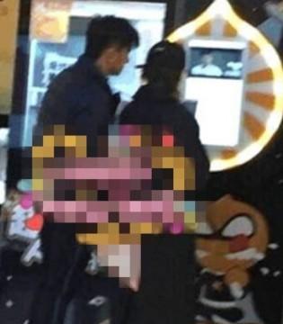 网友偶遇吴奇隆夫妇 两人一起买板栗超级甜