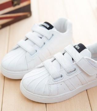 新颖时尚小白鞋 让孩子穿着舒适 行动自如