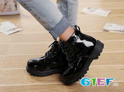 足够保暖柔软短靴 给于孩子更多体贴和照顾