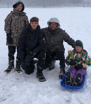 贝克汉姆带孩子们玩雪 小七摔倒仍露灿烂笑容