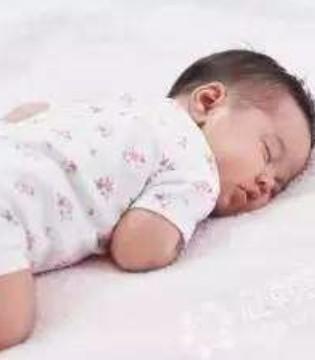 宝宝趴着睡觉 到底要不要纠正呢