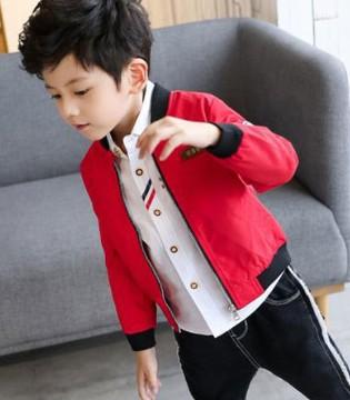 简单、自然的穿着就足以凸显小男孩的帅气