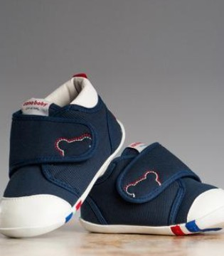 宝宝开始学走路 要如何给宝宝挑选合适的鞋子