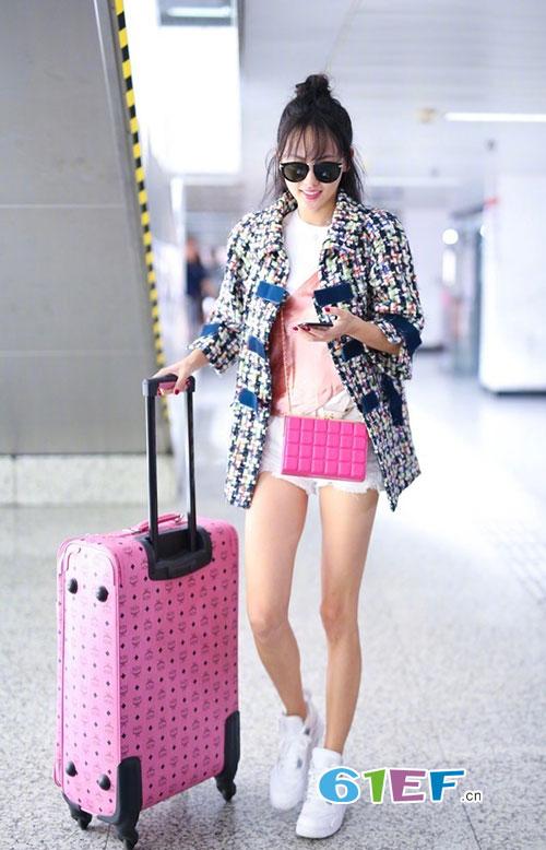 被曝怀二胎的张嘉倪现身机场 大秀美腿 少女感满分
