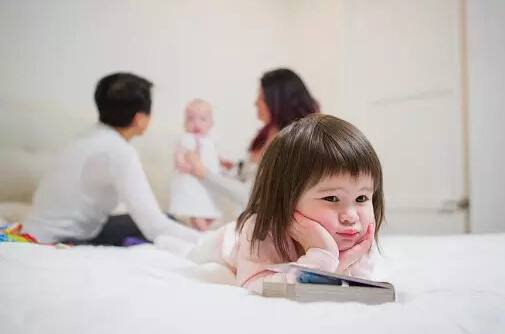 父母偏心对孩子危害大 父母如何做到不偏心呢