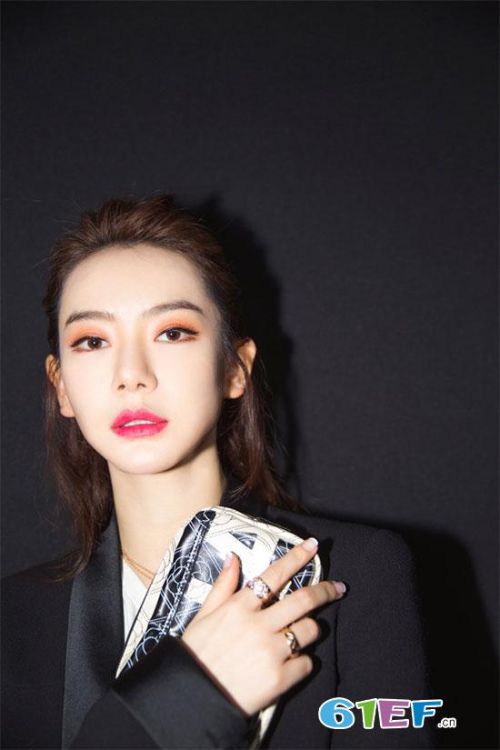 戚薇素颜出镜新剧《北京女子图鉴》 霸气回应整容风波