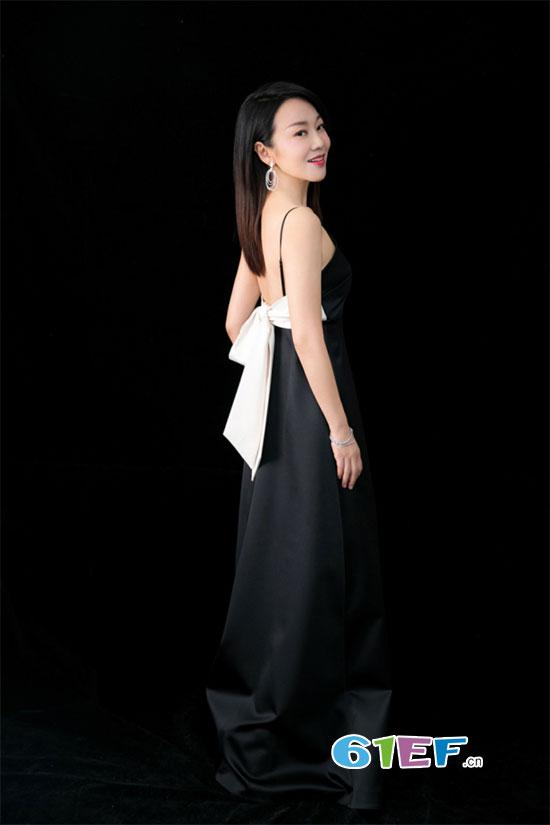 47岁闫妮与20岁女儿邹元清合体亮相 玩转黑白配似姐妹花