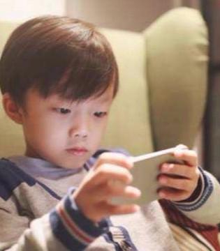 """孩子沉迷手机危害大 父母如何应对""""手机控""""孩子"""
