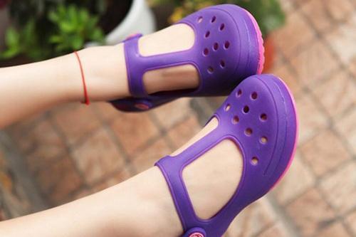 穿洞洞鞋竟有这些危害 看了你还敢让孩子穿吗