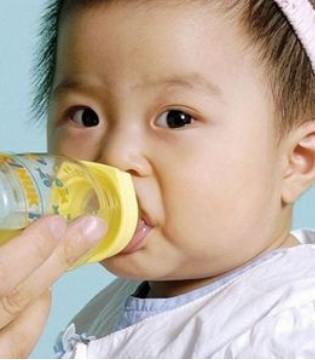 夏季喝水有讲究 宝宝喝水方式要get