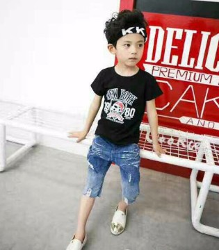 童装街拍:小同桌童装夏季T恤时髦搭配!